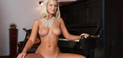 marry queen piano boobs joymii 04 800x534