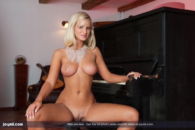 marry queen piano boobs joymii 04 800x534