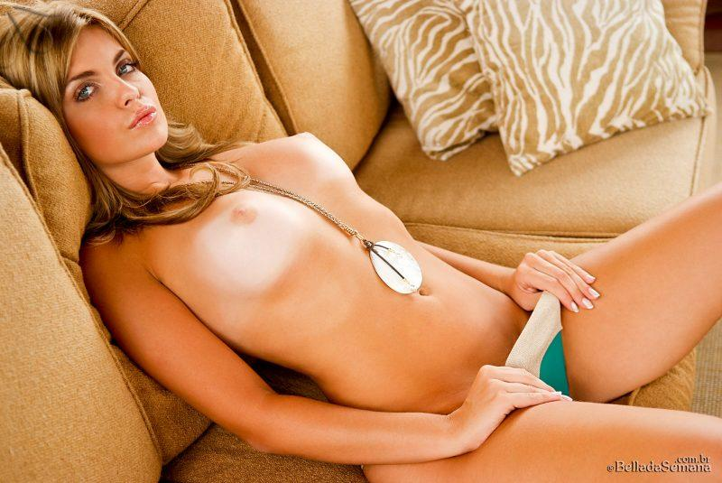 veridiana quadros nude on couch bellada semana 09 800x535