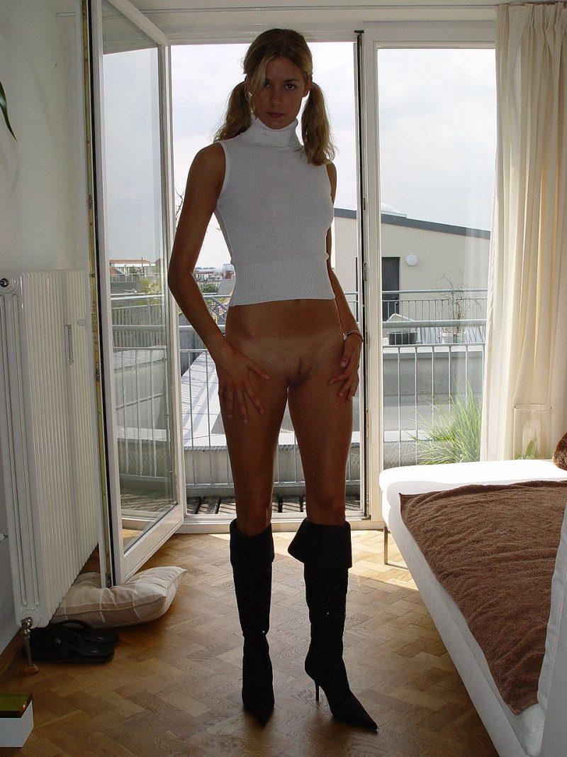 blonde amateur bottomless naked 01 800x1067