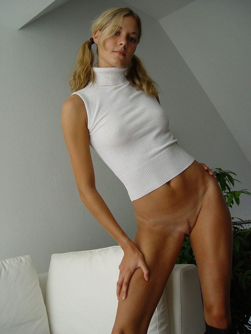 blonde amateur bottomless naked 13 800x1067