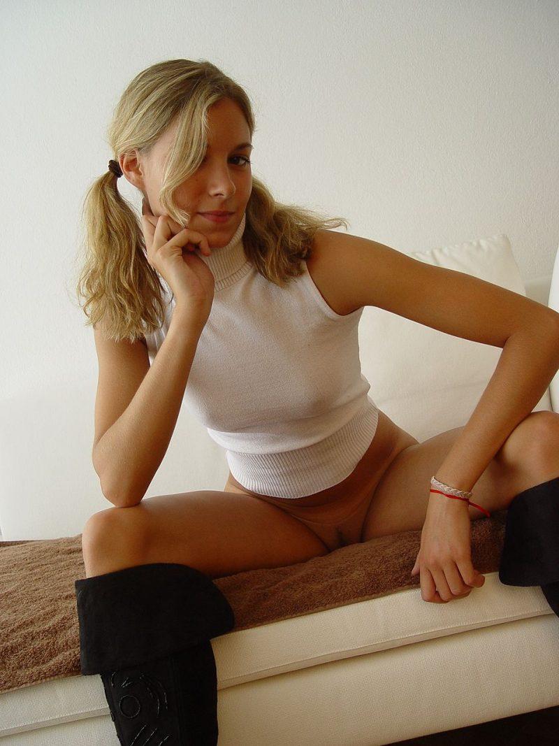 blonde amateur bottomless naked 40 800x1067