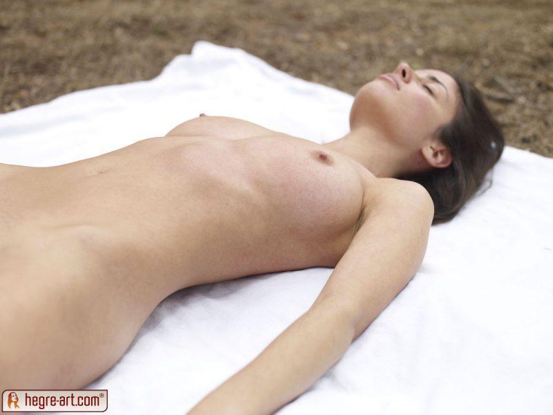 muriel naked in woods hegreart 03 800x600