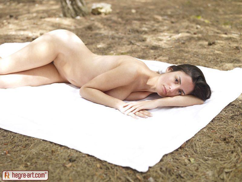 muriel naked in woods hegreart 07 800x600