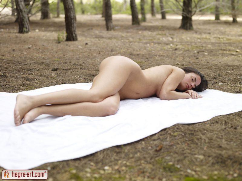 muriel naked in woods hegreart 10 800x600