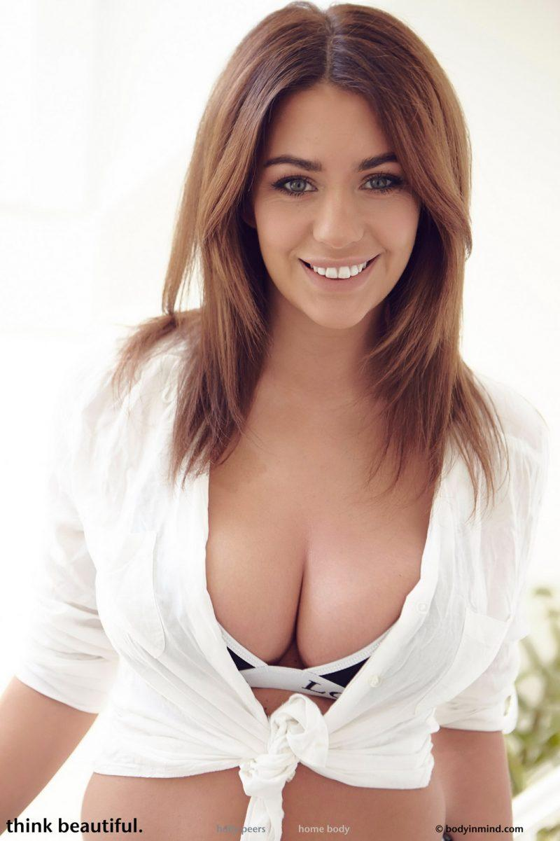 holly peers tits jeans busty girl bodyinmind 03 800x1201