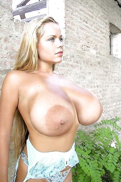 Huge Boobs Babe Masturbates